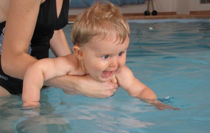 Babyschwimmen - 8. Tag - Baby beim Babyschwimmen