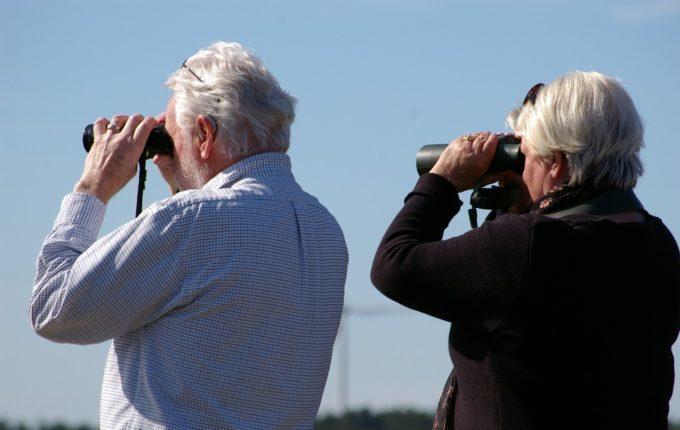 Beinahe weggeschnappt - Großeltern schauen durch Ferngläser