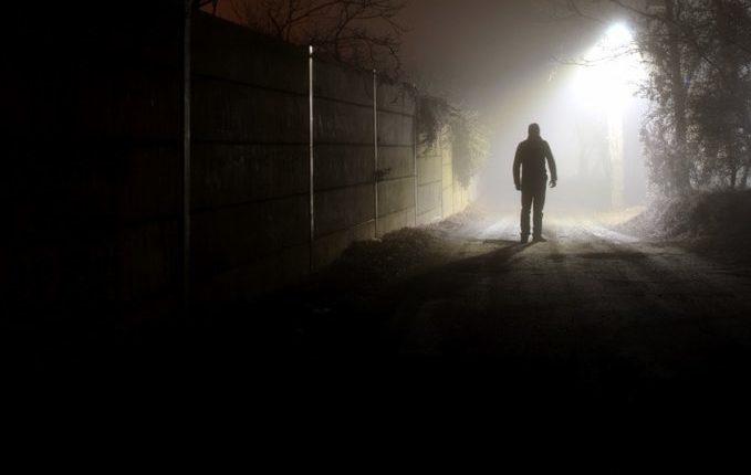 Beinahe weggeschnappt - Unbekannte Person im Laternenlicht in der Nacht