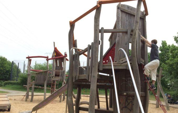 Spielplatz - Vater klettert