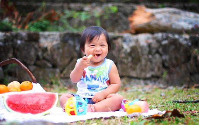 Kind lacht beim Picknick