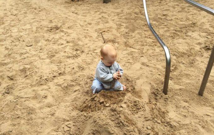 Spielplatz - Kind spielt im Sand