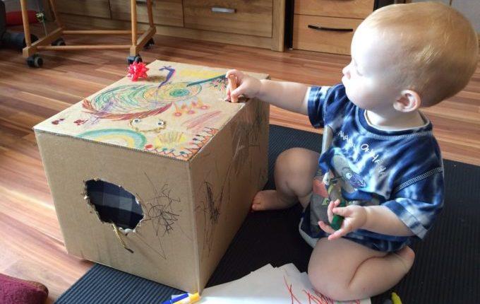 Fühlbox Kind spielt mit Fühlbox