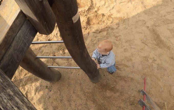 Spielplatz - Kind steht an der Leiter