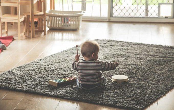 Baby sitzt und macht Musik
