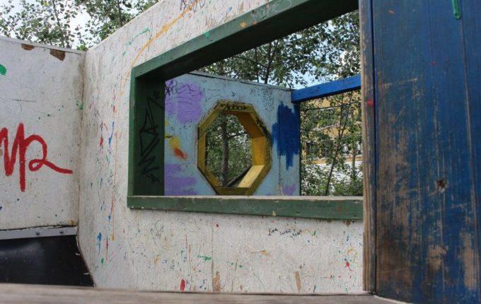 Die Helle Oase - Spielplatz - Wände mit Hängematten und Fenstern