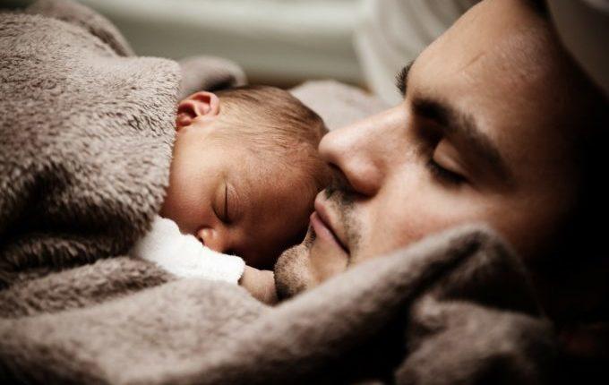 Baby schläft bei Papa