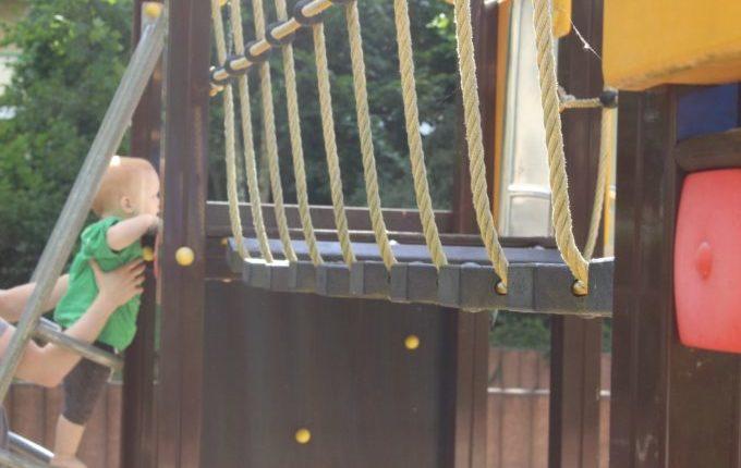 Spielplatz in der Forster Straße - Kind klettert auf Klettergerüst