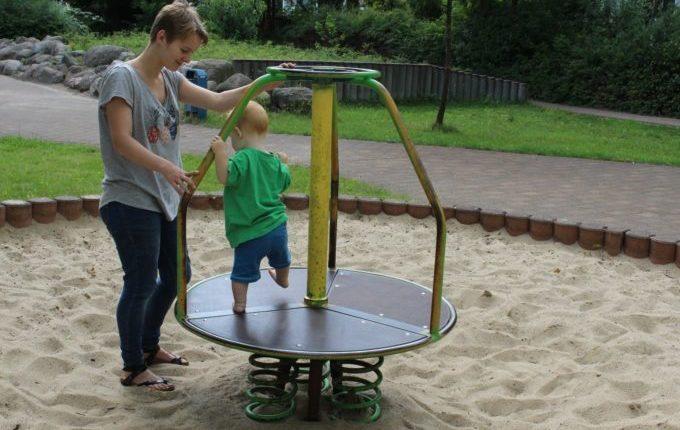 Spielplatz in der Forster Straße - Kind läuft auf Springkarussell