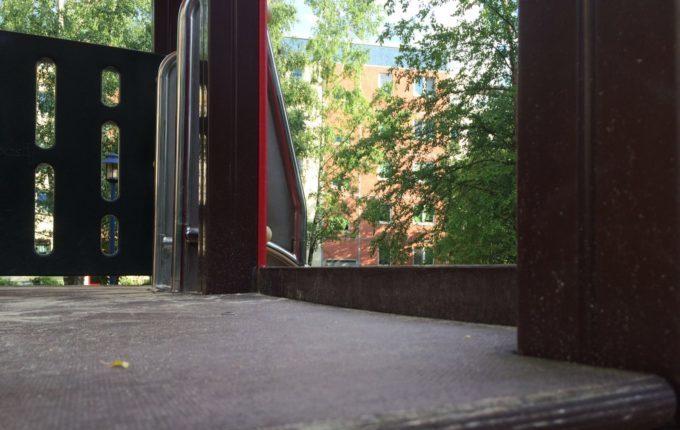 Spielplatz in der Louis-Lewin-Straße - Ende der Kletterwand ragt hinüber