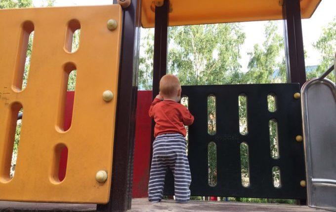 Spielplatz in der Louis-Lewin-Straße - Kind steht auf dem Klettergerüst