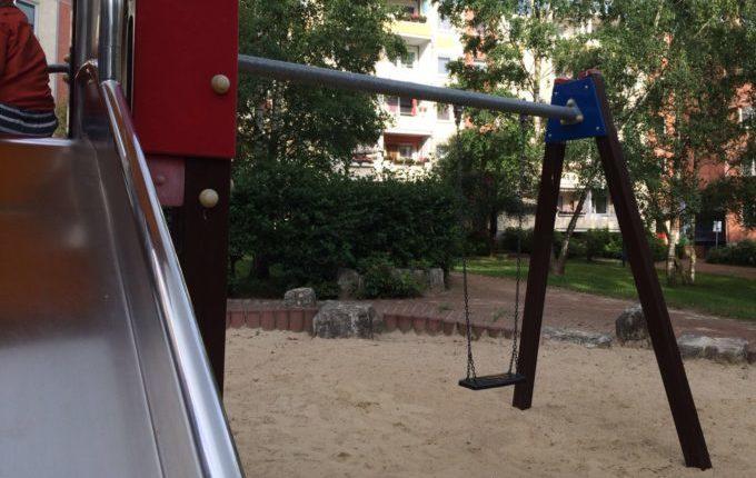 Spielplatz in der Louis-Lewin-Straße - Schaukel