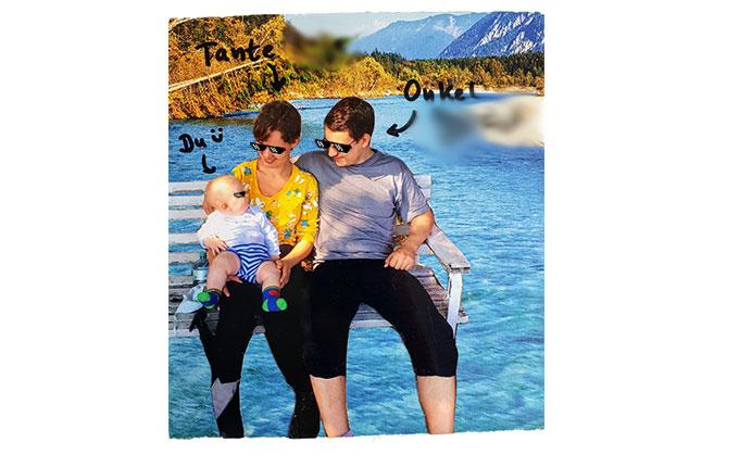 Tante und Onkel mit Baby auf der Bank