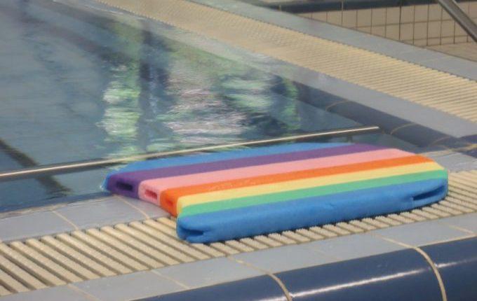 Babyschwimmen - 10. Tag - buntes Schwimmbrett