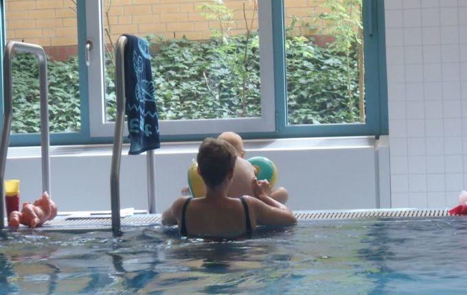 Babyschwimmen - 10. Tag - Mutter hebt Kind auf den Beckenrand