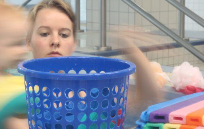 Babyschwimmen - 10. Tag - Mutter mit Kind beim Babyschwimmen