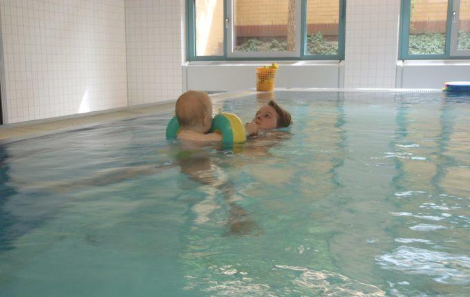 Babyschwimmen - 10. Tag - Mutter schwimmt mit Kind