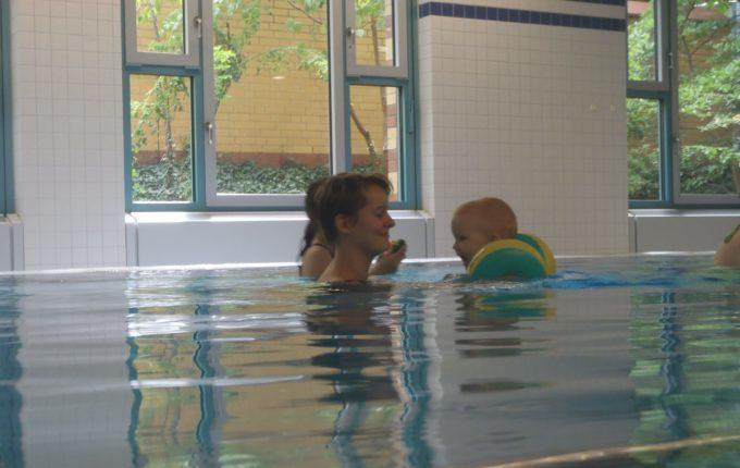Babyschwimmen - 11. Tag - Mutter und Kind im Wasser