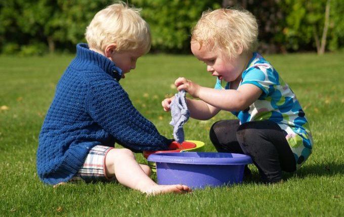 Die Sommertipps - Kinder spielen mit Wasser