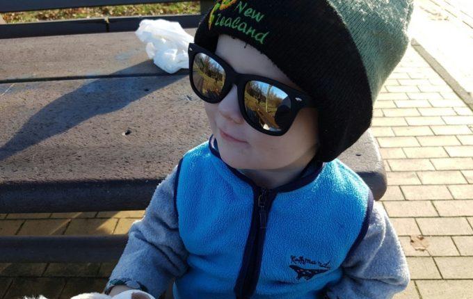 Sommertipps für Familien mit Baby und Kind - Kind trägt Sonnenbrille