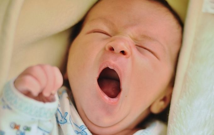 Warum weint mein Baby - Baby gähnt und ist müde