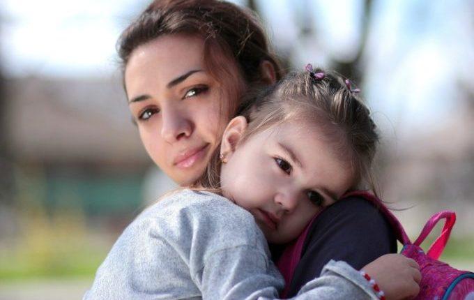 Warum weint mein Baby - Mutter tröstet traurige Tochter