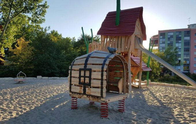 Spielplatz am Baltenring - Klettergerüst und Holzfass