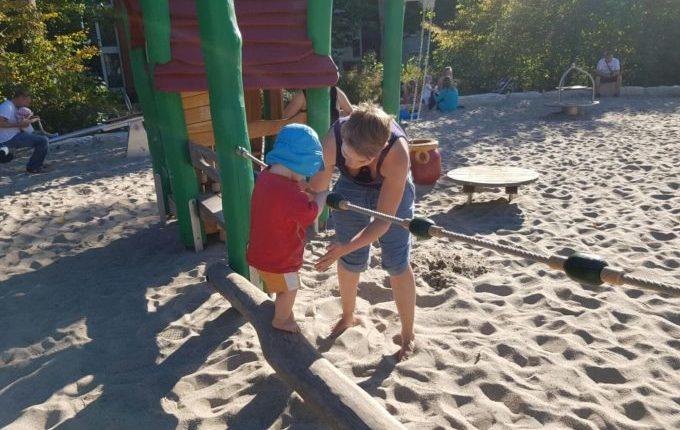 Spielplatz am Baltenring - Mutter hilft beim Balancieren