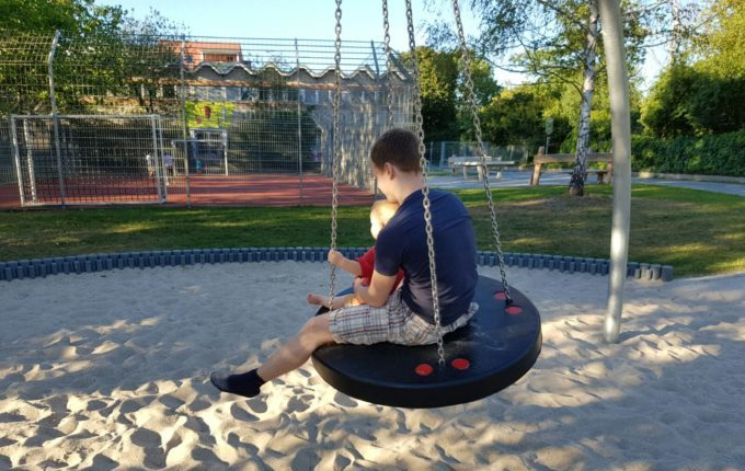 Spielplatz am Baltenring - Vater mit Sohn auf der Schaukel