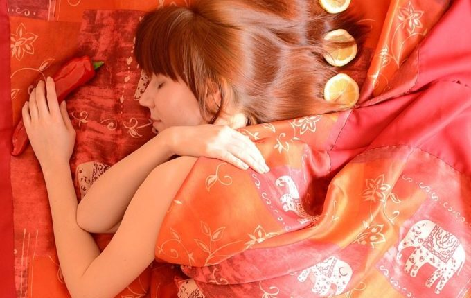 Was tun bei Milchstau und Brustentzündung, Mastitis - Frau im Bett