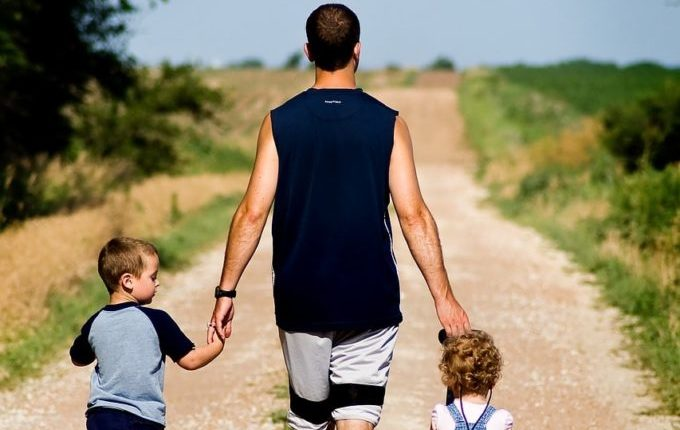 Was tun bei Milchstau und Brustentzündung (Mastitis) - Vater mit Kindern unterwegs
