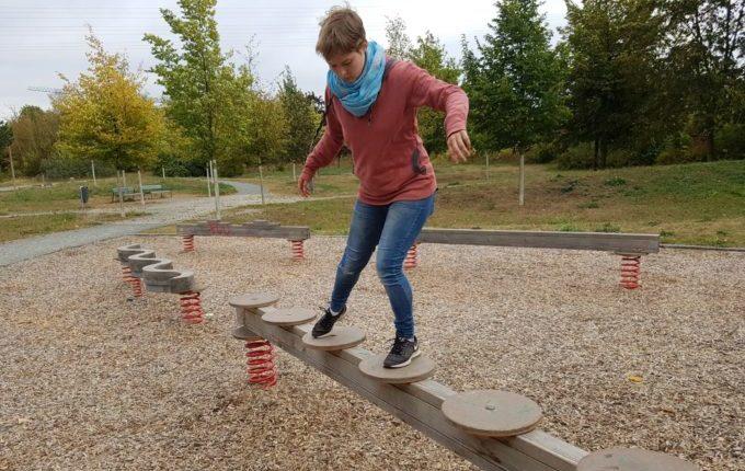 Der Buchstaben- und Balancierspielplatz in der Sebnitzer Straße - Frau balanciert seitwärts