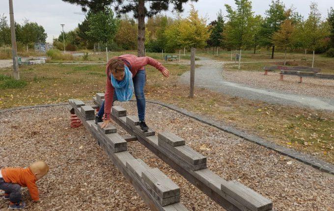 Der Buchstaben- und Balancierspielplatz in der Sebnitzer Straße - Frau fällt fast