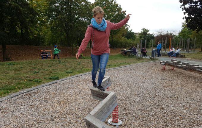 Der Buchstaben- und Balancierspielplatz in der Sebnitzer Straße - Frau hält Gleichgewicht
