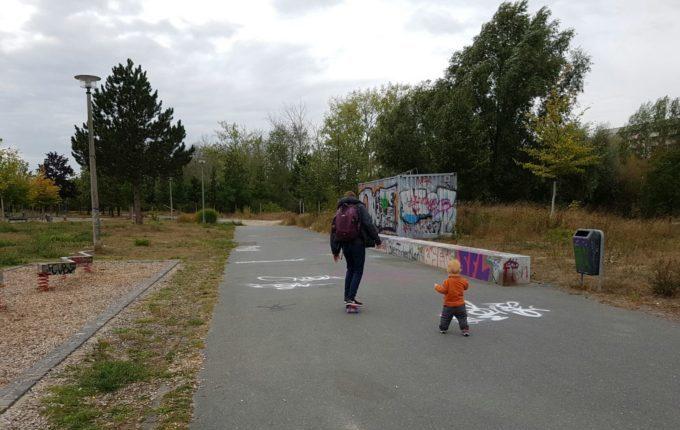 Der Buchstaben- und Balancierspielplatz in der Sebnitzer Straße - Papa mit Sohn