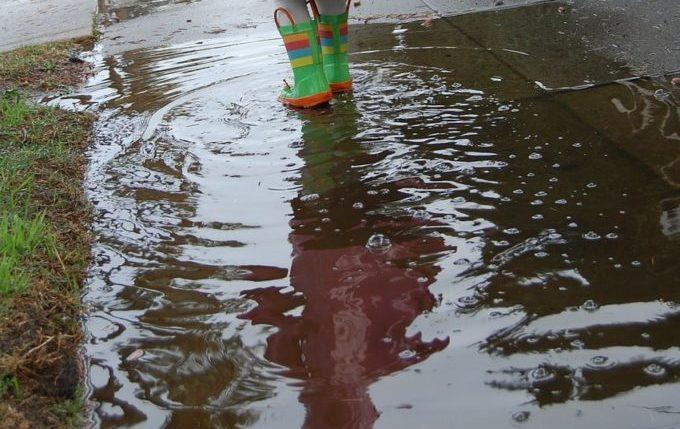 Die Regentipps - Kind läuft durch Pfütze