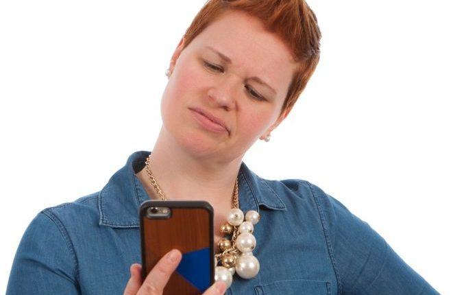 Kind will nicht Zähne putzen - Frau mit Telefon