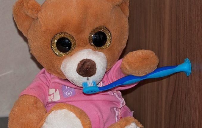 Kind will nicht Zähne putzen - Teddybär mit Zahnbürste