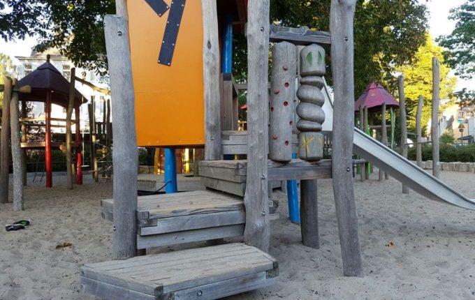 Spielplatz Wilhelmplatz in Berlin-Kaulsdorf - drehende Säulen