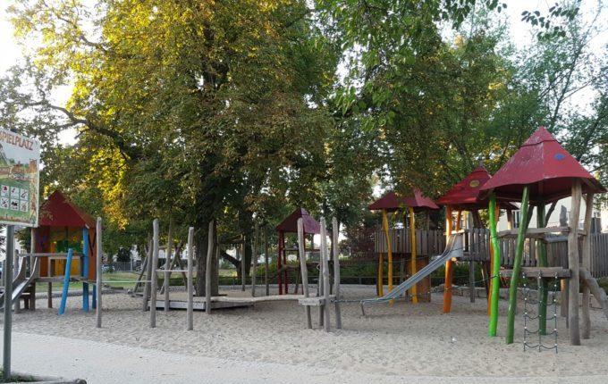 Spielplatz Wilhelmplatz in Berlin-Kaulsdorf - Schaukeln - Kastanienbaum