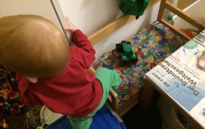 Wenn der Abend länger wird... - Kind klettert über Sitzbank
