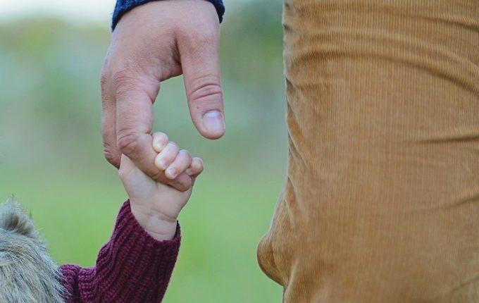 Wenn der Abend länger wird - Kinderhand hält Vaterhand