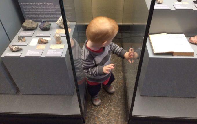 Besuch im Naturkundemuseum Berlin - Kind an Vitrinen