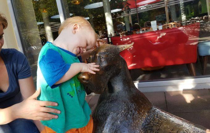 Die Worte meines Sohnes - Kind auf Hundestatue