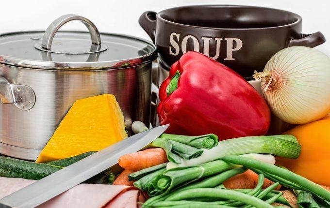 Gemüsesuppe - Gemüse und Kochutensilien