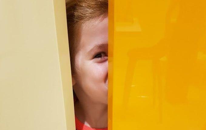 Hallo, Kalettes - Mädchen versteckt sich
