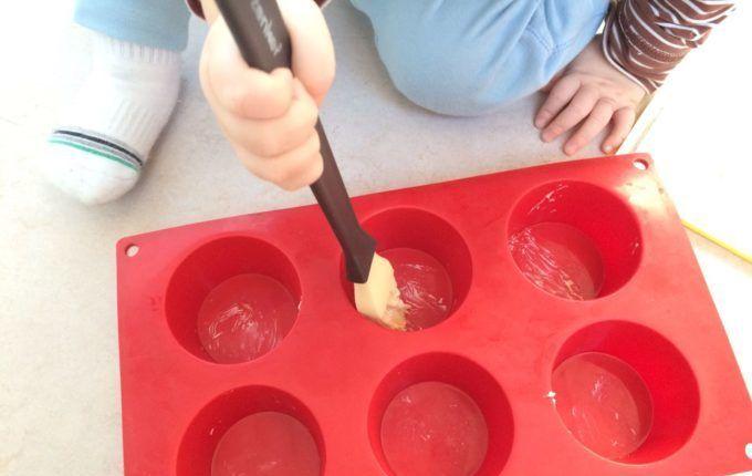 Popovers - Kind fettet Muffinform ein
