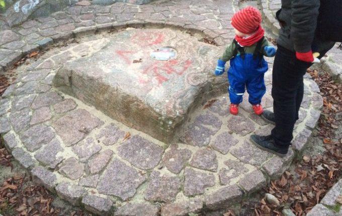 Spielplatz in der Zossener Straße - Kind auf ausgetrocknetem Brunnen