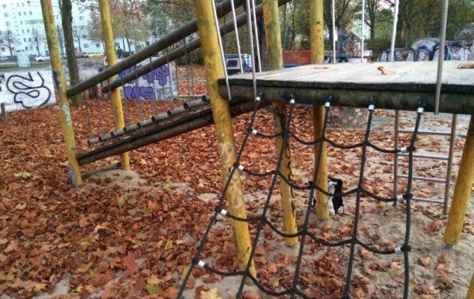 Spielplatz in der Zossener Straße - Klettergerüst mit Netzseilen und Treppen