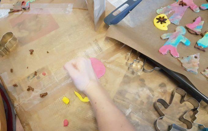 Weihnachtsanhänger aus Teig herstellen - ausstechen und verzieren